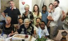 Quattro generazioni di nipoti in festa per nonna Maria