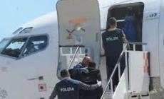 Rapinatore caricato in aereo e rispedito a casa