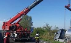 Schianto in Transpolesana, camion semina alimenti. Strada chiusa