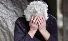 """""""Anziana maltrattata e lasciata tra le feci"""", la famiglia va a processo"""