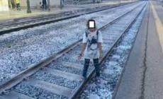 Ragazzi sorpresi sui binari per scattare selfie, scatta l'allarme