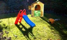 Monta nel giardino di casa le giostrine rubate all'asilo