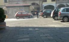 Auto in fiamme, attimi di paura in piazza a Lendinara