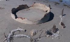 Una struttura in cemento riaffiora sulla spiaggia: ma nessuno sa cosa sia