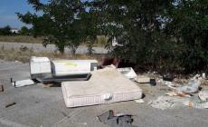 Materassi e rifiuti abbandonati sulla strada