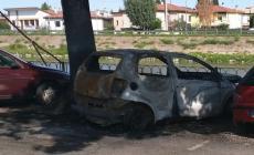 Esce di casa e si trova l'auto completamente bruciata