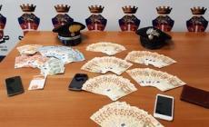 Centinaia di banconote false, nascoste anche nel passeggino del figlio