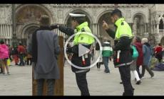 I vigili non riconoscono Banksy e lo cacciano dalla piazza