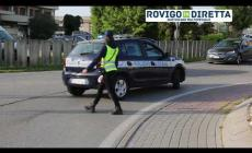 Ciclista travolto nella rotatoria, traffico bloccato