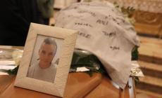 """""""Ciao Mattia"""": per l'ultimo viaggio, una maglietta con mille firme"""