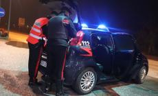 Prende a calci l'auto dei carabinieri
