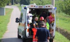 Terribile incidente, auto schiacciata sotto un camion