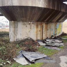 Discarica sotto il ponte ferroviario