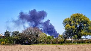 Colonna di fumo dal campo profughi di Conetta