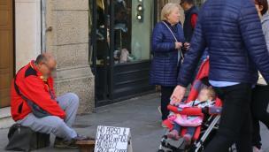 Resta senza lavoro e chiede aiuto in fiera: è gara di solidarietà