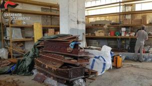 Bare e cadaveri rinvenuti in un capannone