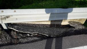 La strada ha ceduto: ponte chiuso