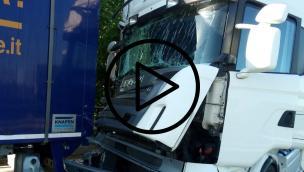 Spaventoso schianto tra Tir, conducente miracolato. Traffico in tilt