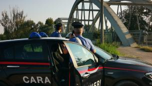 Imprenditore tenta di lanciarsi in Adige con un masso in braccio, i militari lo salvano