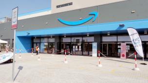 Amazon licenzia il magazziniere costretto a vivere in camper davanti allo stabilimento