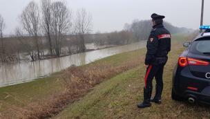 Tenta il suicidio gettandosi nel fiume, ma un carabiniere si tuffa e gli salva la vita