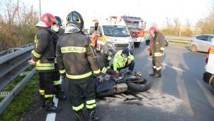 Terrificante incidente, motociclista incastrato sotto al guard rail