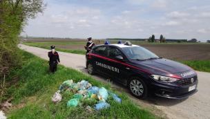 Preso mentre abbandona i rifiuti: glieli fanno raccogliere e lo multano