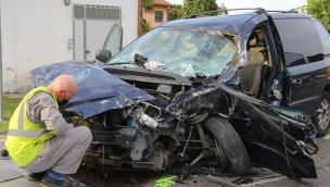 Orrore in strada: gravissimo il padre, feriti i tre bimbi di 10, 4 e 7 anni