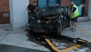 L'auto abbatte tutte le recinzioni e si distrugge contro la fabbrica: ragazzi vivi per miracolo
