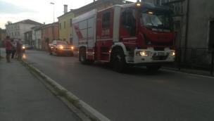 Fiamme sui bancali vicino la casa, intervengono i pompieri