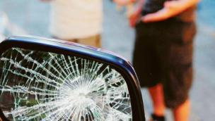 Truffa dello specchietto in pieno centro: denunciato un 19enne