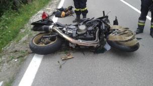 Schianto in moto, muore 45enne
