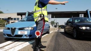 Ubriaco sul trattore in autostrada, si schianta poi offende e picchia i poliziotti