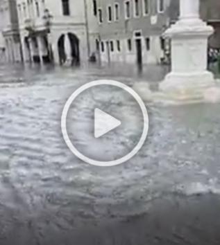 Chioggia, acqua alta da record: il centro allagato