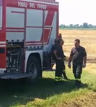 Terreno in fiamme, intervengono i vigili del fuoco