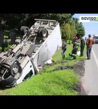 Schianto contro l'auto, si ribalta un furgone