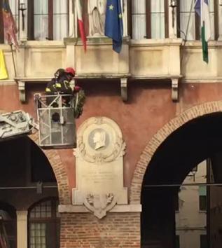I Vigili del fuoco tolgono la corona da Piazza Vittorio