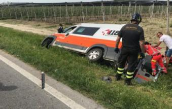 Auto sperona ambulanza e la butta fuori strada