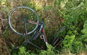 Anziano in bici vola fuori strada: la passeggiata diventa tragedia