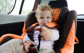 Bimbo di tre anni intrappolato nell'auto sotto al sole: lo salvano i carabinieri