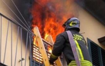 Casa disabitata, bruciano i mobili e scappano