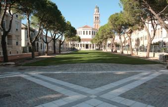 La piazza dove crescono i vandali