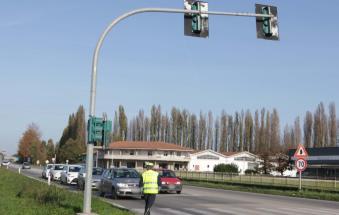 Semaforo KO, traffico impazzito