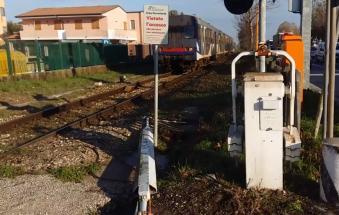 Tir si incastra nel passaggio a livello: treni in tilt e traffico impazzito in Romea