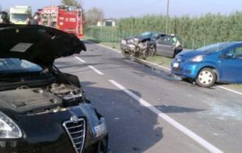 Schianto fra tre auto, cinque feriti: uno è gravissimo