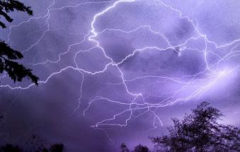 Fulmine devasta centralina, il paese è isolato. Danni anche al campanile