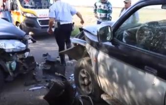 Bruttissimo scontro frontale tra due auto