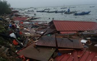 Ecco il disastro. Barche scagliate a riva, cavane distrutte. E' stato di calamità