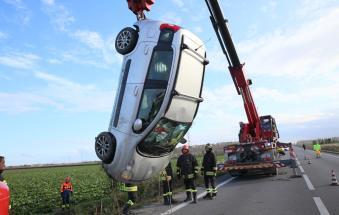 Intrappolata nell'auto ribaltata nel canale: salvata