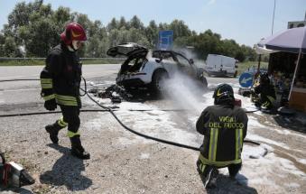Auto in fiamme sul ponte di Boara: code e disagi
